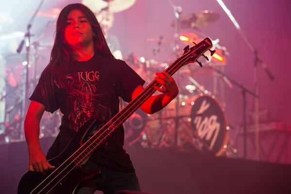 Tye Trujillo Demuestra sus Detrezas en el Bajo junto a Korn