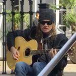 Aquí puedes ver a Dave Mustaine de Megadeth tocar frente a un hotel en Argentina
