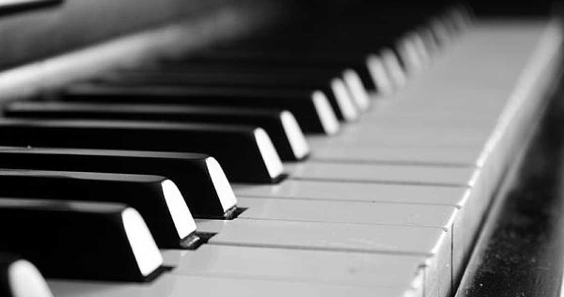"""""""Un piano se exhibe sonando"""" Caracas"""